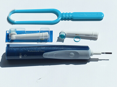 zähneputzen mit elektrische zahnbürste